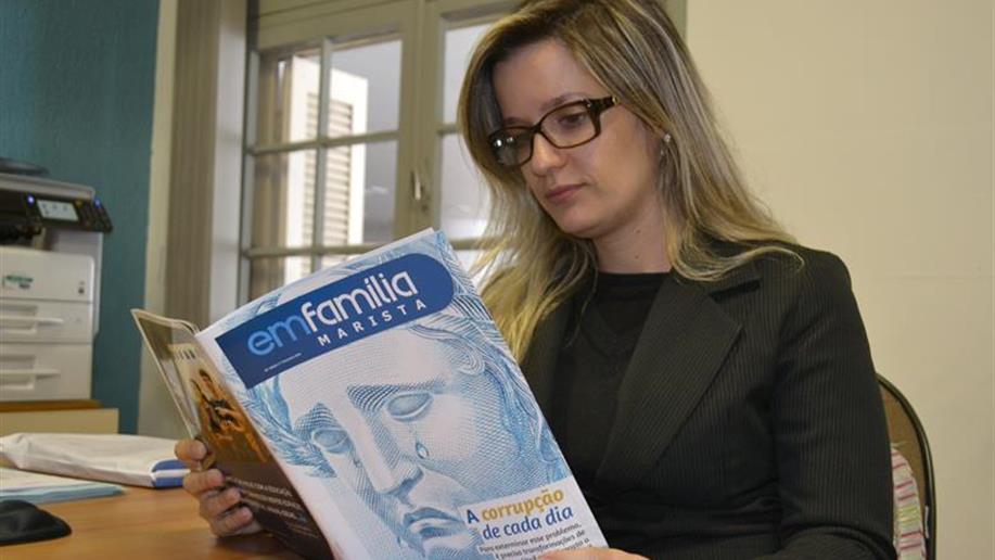 Lançada em 2011, a revista Em Família é uma publicação semestral dos nossos Colégios e das Unidades Sociais. Seu propósito já se manifesta no próprio nome, remetendo à relação de cumplicidade e harmonia que propõe às famílias.