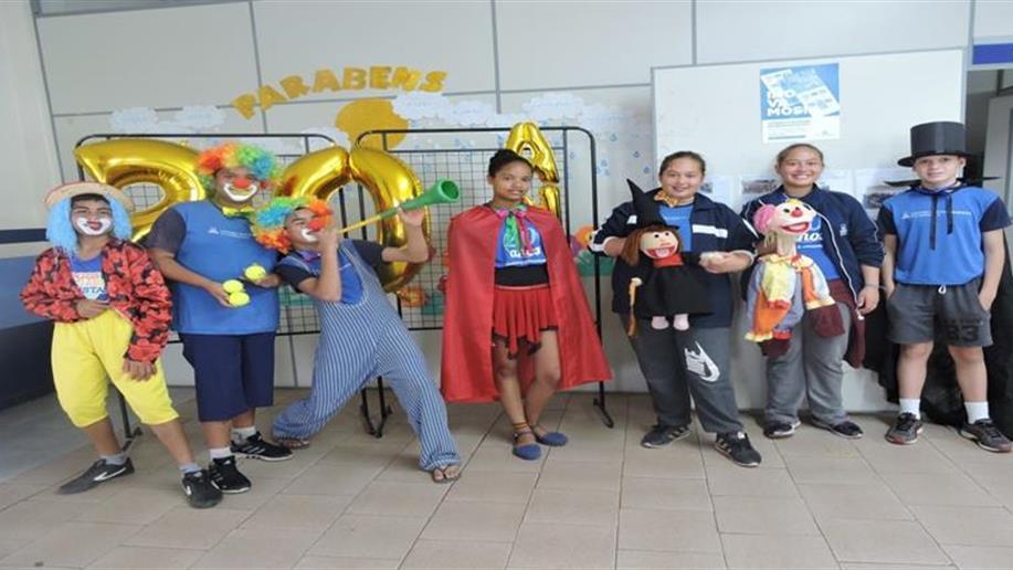 Integrantes do grupo contaram histórias, dançaram e brincaram com as crianças da Escola Vovô Albino