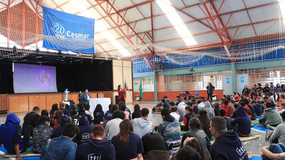Estudantes e educandos cantaram o Hino Nacional e apresentaram trabalhos durante a semana
