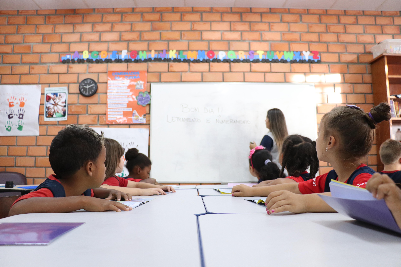 Reforço escolar na aprendizagem de letramento e numeramento