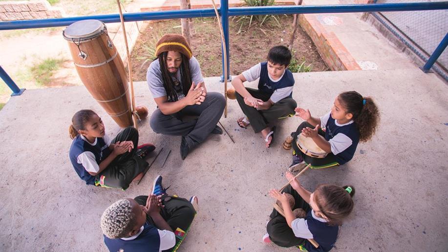 O serviço tem como objetivo a constituição de um espaço de proteção, a partir da convivência, formação para a participação e cidadania, desenvolvimento do protagonismo e da autonomia das crianças e dos adolescentes.