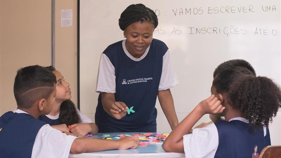 O Centro Social Marista Ir. Antônio Bortolini atende 120 crianças e adolescentes entre 6 e 15 anos. São oferecidas oficinas culturais, didático-pedagógicas e atividades lúdicas, que estimulam o desenvolvimento das relações afetivas e sociais.