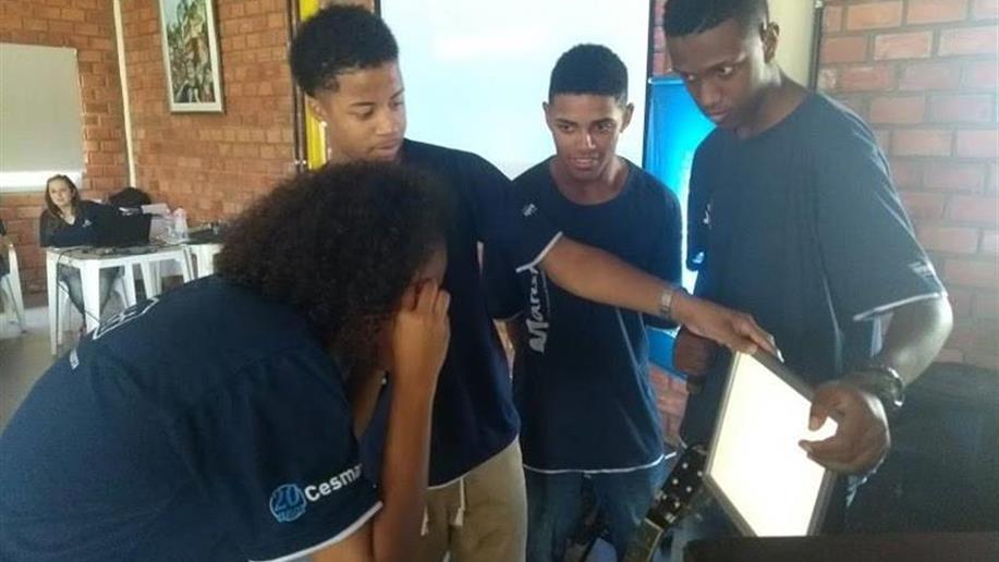 Incentivando a criatividade e a autonomia dos educandos, na etapa final dos cursos do Programa Jovem Aprendiz do Polo Marista de Formação Tecnológica os educandos são desafiados a montar um Trabalho de Conclusão de Curso de Aprendizagem - TCCA.