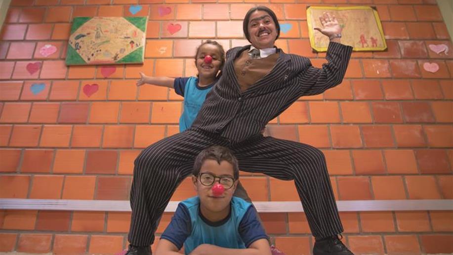 Atividades que desenvolvem os educandos de forma social e intelectual com o auxílio de exercícios teatrais