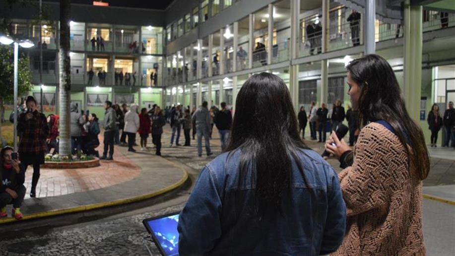 Momento que os estudantes têm a oportunidade de usar o espaço do intervalo para apresentações musicais e venda de lanches.