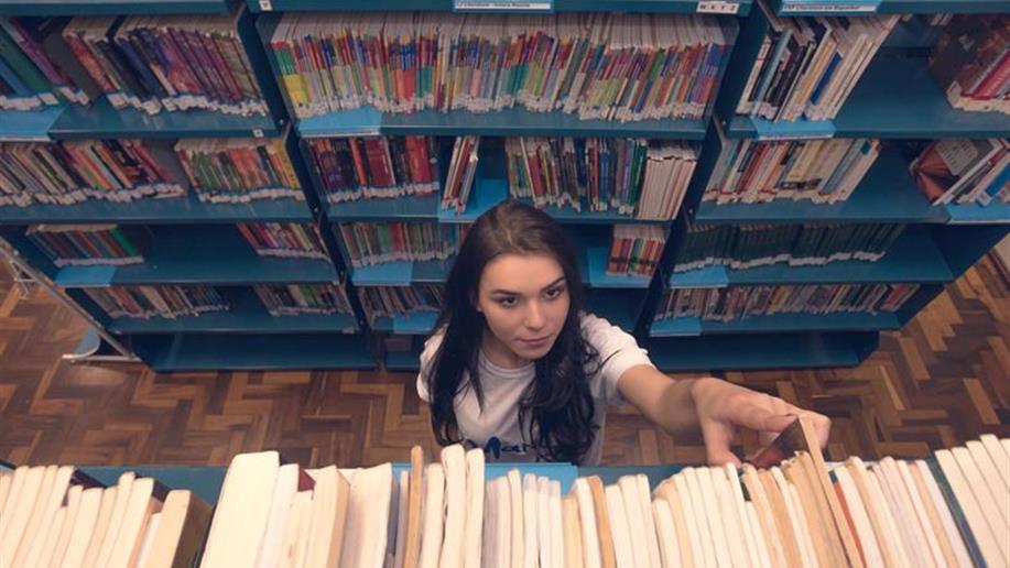 A biblioteca do Marista Vetorello conta com amplo acervo de livros didátios, obras literárias e periódicos .