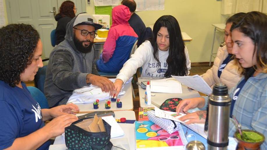 Estudantes criam empresa fictícia dentro da sala de aula para trabalhar a matemática.