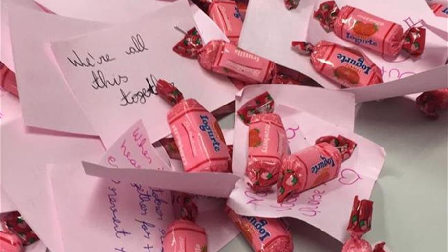Pink October engaja estudantes em campanha de prevenção ao câncer.