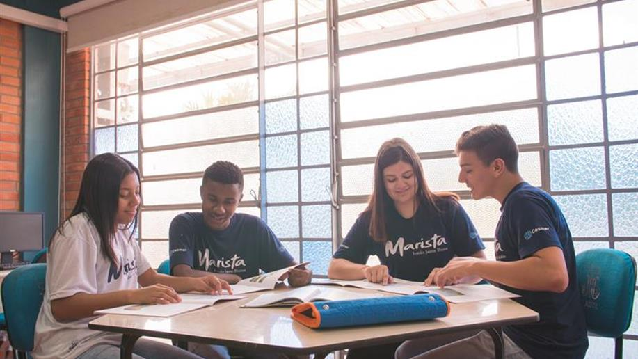 Colégio oferece bolsas integrais de estudo para jovens da comunidade