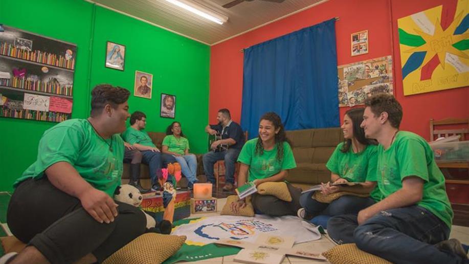 Grupo de jovens que vivem a espiritualidade marista