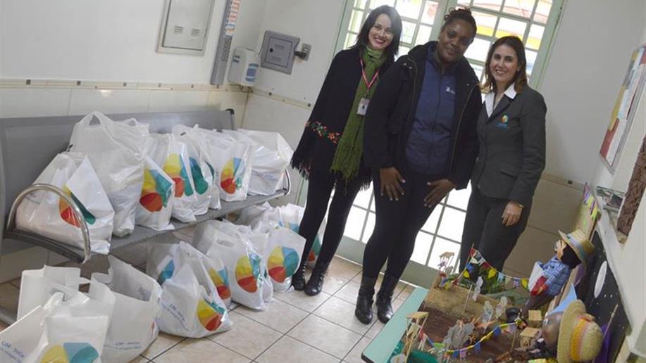 Entre os donativos arrecadados, tinha feijão, leite, arroz e massa