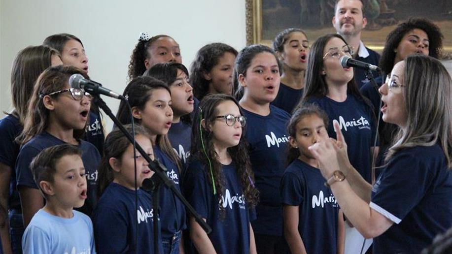 Turmas de música encerram atividades em bela apresentação.