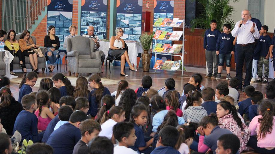 Estudantes homenagearam Dilan Camargo pelos seus 70 anos