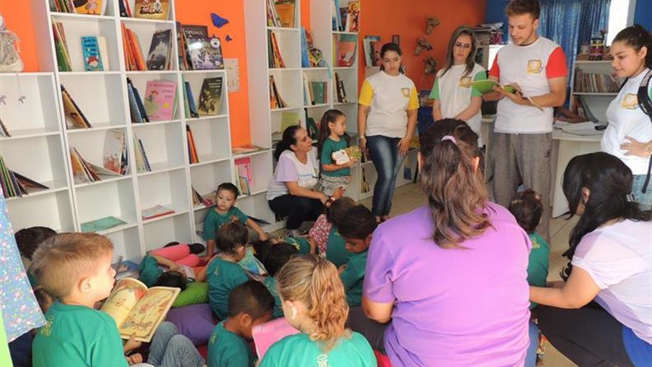 Crianças ouviram histórias contadas pelos voluntários do Instituto C&A